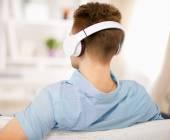 Fényképek az ember hallgat zenét a fejhallgató