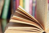 a könyv az asztalon, könyvek ellen