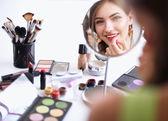 mladá krásná žena, takže make-up zrcadla