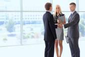 podnikatelé potřesení rukou po setkání