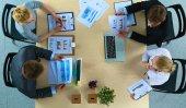 podnikatelé sedí a diskutovat na obchodní schůzce v kanceláři
