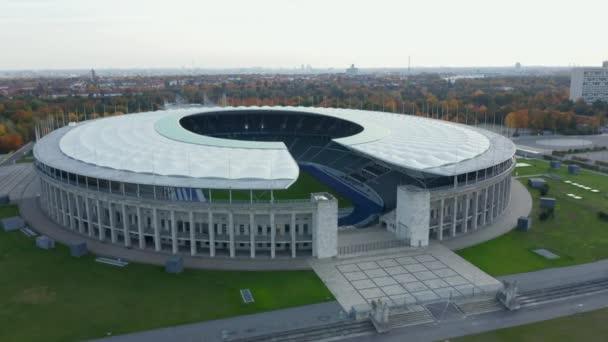 Prázdný olympijský stadion bez lidí na krásné modré obloze den, pomalé scénické široký Zřízení Shot při pohledu na fotbalové hřiště