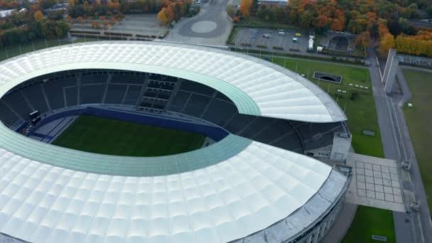 Olympiastadion Berlinben, Németországban, emberek nélkül a Coronavirus Covid 19 világjárvány idején, Lövöldözős Dolly diavetítés a célkeresztben