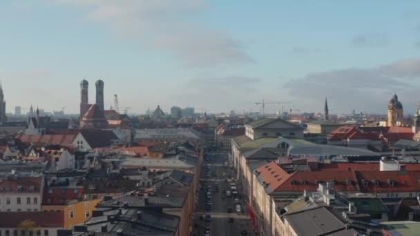 Stadtbild von München, Deutschland in Bayern, Altstadt mit klassischer Architektur und Kathedralen im Nachmittagslicht, Luftwagen vorwärts in Richtung Frauenkirche