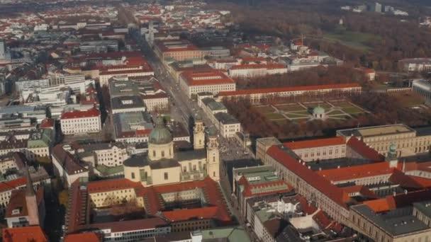 Weite Sicht über den Hofgarten in München, Deutschland und Stadtstraßen mit Verkehr im Winter, Tageslichtantenne nach vorn verlangsamt die Neigung