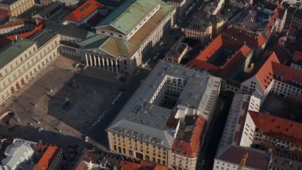 Flug über die Bayerische Staatsoper im malerischen Winternachmittagslicht,