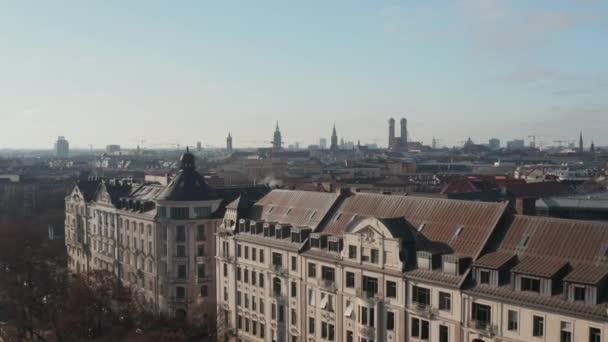 Über den Dächern eines schönen Luxus-Altbaus mit Appartements von Isa Riverside in München, Deutschland an einem sonnigen Wintertag, Epic Aerial Dolly vorwärts