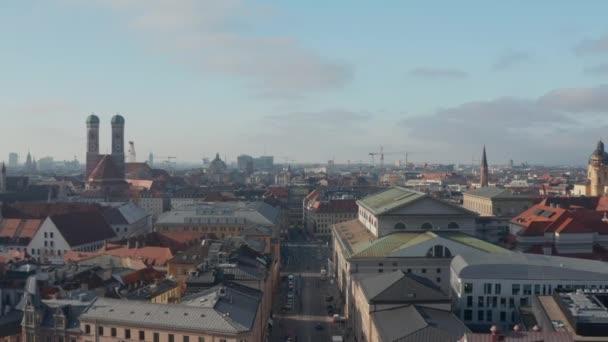 Frauenkirche in der klassischen Münchner Altstadt mit Blick über das Stadtbild, Drohnenflug zur berühmten Deutschen Kirche