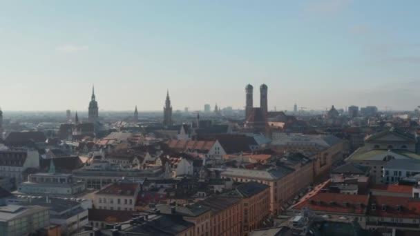 Szenische Luftaufnahme über München, Deutschland Stadtbild im Winter während der Coronavirus-Pandemie Covid 19 und Lockdown, Luftbildwagen rechts mit Blick auf die Frauenkirche