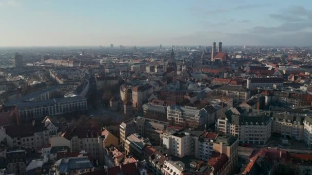Schöner Blick über München, Deutschland, fast kein Verkehr am Isa Tor, dem alten Stadttor und der Frauenkirche in der Ferne, Luftaufnahme über München im Herbst