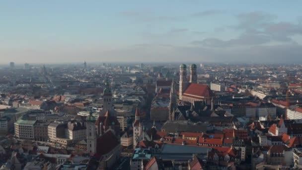 Die berühmten deutschen Kathedralen Frauenkirche, Marienkirche und Peterskirche in der Münchner Innenstadt mit Blick auf den Marienplatz, Aerial Dolly Rutsche rechts