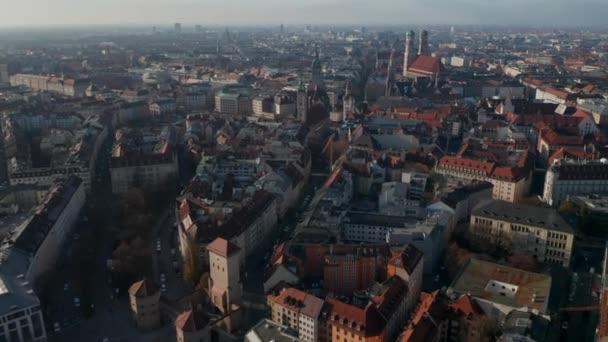 Berühmtes Isa Tor City Gate in München, Deutschland mit wenig Verkehr aufgrund der Coronavirus Covid 19 Pandemie, Luftaufnahme über dem deutschen Stadtbild mit Frauenkirche und Marienkirche