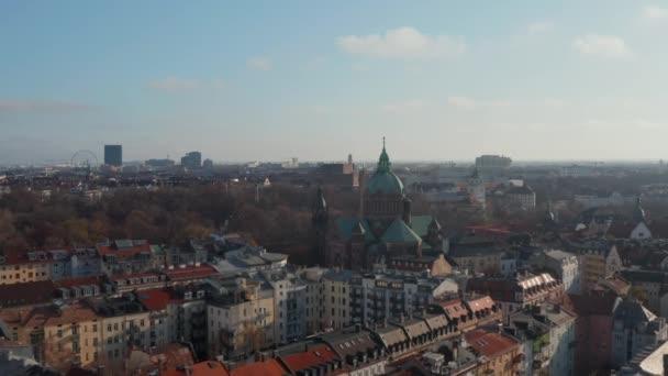 Schöne Kathedrale inmitten eines Wohnviertels in München, Deutschland die wunderbare bayerische Stadt, Luftvorwärts Dolly in