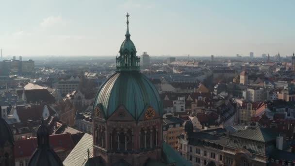 Close Up Luftaufnahme der Domkirche mit christlichem Kreuz und Turmuhr, Schöne alte Architektur in München, Deutschland, Drohnen-Dia-Kreis um Gebäude