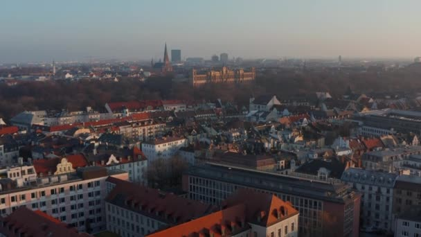 Hoch über München: Großes Stadtbild der leeren deutschen Metropolen im Winter, Blick auf Maximilianeum und Riesenrad in der Ferne, Drohnenschuss