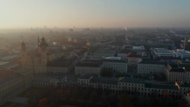 Wunderschönes Stadtbild von München, Deutschland aus der Vogelperspektive mit mehreren Kathedralen und Kirchen mit Frauenkirche im winterlichen Morgendunst, Luftbild rechts