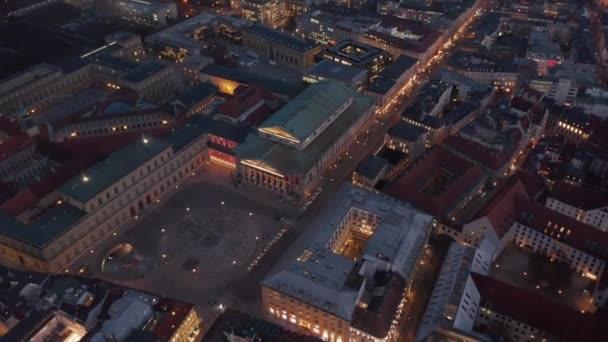 Szenische Luftaufnahme des Bayerischen Staatsopernhauses bei Nacht mit leerem Platz davor wegen Coronavirus Covid 19 Pandemie, Drone Birds Eye View