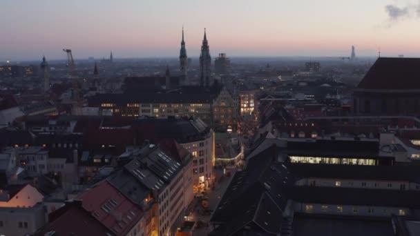 München, Deutschland im Herbst Winter mit Blick auf die berühmte Einkaufsstraße Weihnachtseinkauf in Deutschland, Luftaufnahme kippt landschaftlich ab