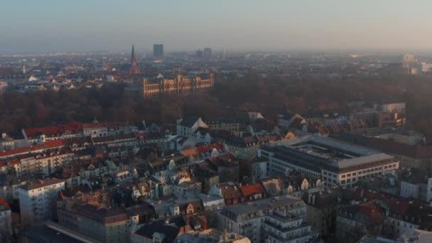 Schöne Münchner Nachbarschaft im Winter, Luftbild links mit Blick auf das majestätische Palastgebäude Maximilianeum