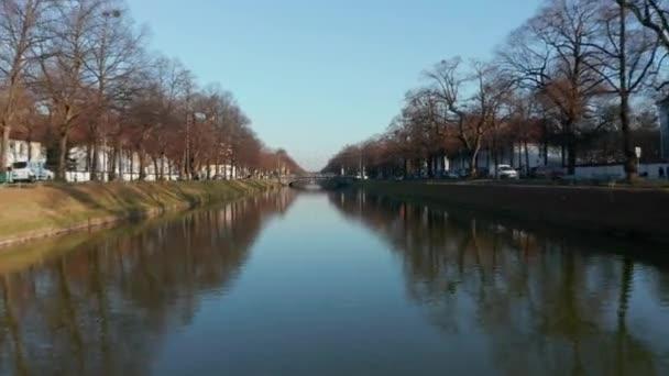 Kanäle in der Münchner Wohngegend an einem schönen Wintertag mit strahlend blauem Himmel, Tiefflug nach vorn