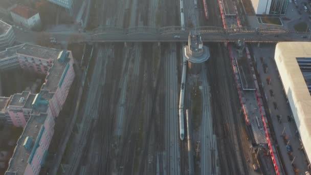Züge fahren auf mehrgleisigen Gleisen in Deutschland, Vogelperspektive von oben nach unten Blick auf einen sonnigen Wintertag mit wenig Verkehr