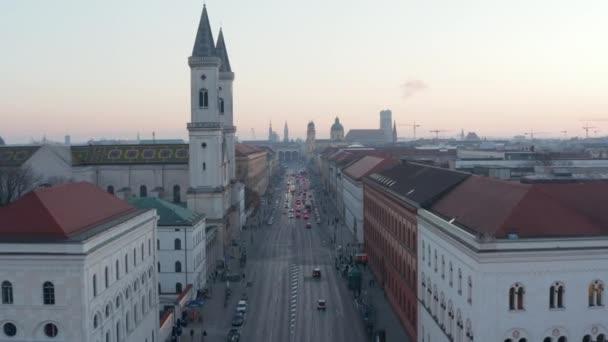 München Schönes Stadtbild bei Sonnenuntergang im Winter über der Ludwigstraße in München, Deutschland neben der Universität, Atemberaubender Deutscher City Aerial Dolly vorwärts