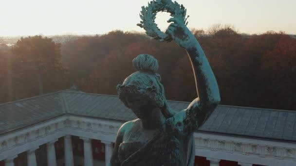 Nahaufnahme des berühmten Statue Monument Bavaria direkt an der Theresienwiese Wiesn Raum in München, Deutschland aus der Luft Nahaufnahme