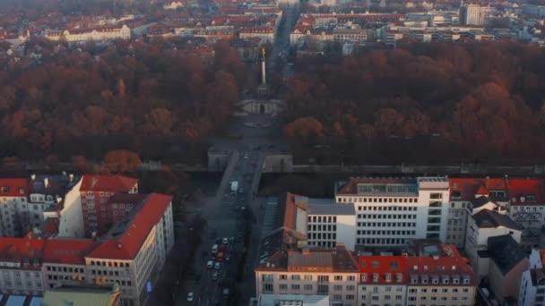 Friedensengel-Denkmal in München, Deutschland im Winter mit Autoverkehr, Aerial Dolly Rutsche links