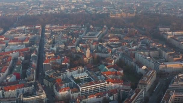 Deutsche Wohnstraßen in München, Bayern mit Dombau, Antenne über roten Dächern mit Regierungsgebäude Maximilianeum im Hintergrund