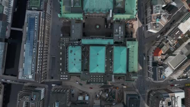Langsame Vogelperspektive auf das grüne Dach des Hamburger Rathauses
