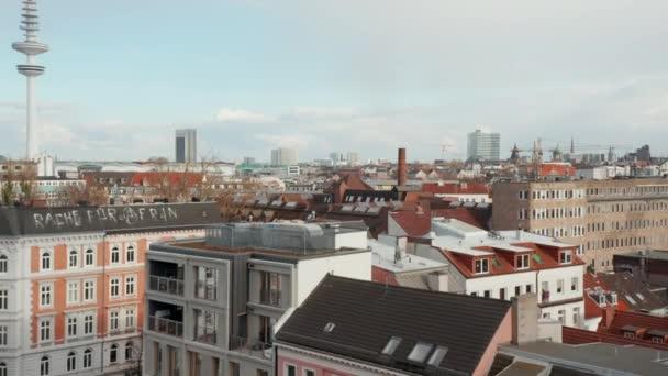 Niedrige Luftaufnahme von Hausdächern in Wohnvierteln in der Nähe von Funkmasten in Hamburg, Deutschland