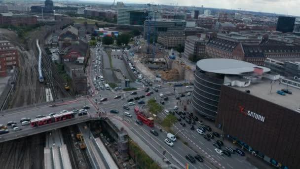 Absteigender Orbit schoss um Straßenkreuzung. Luftaufnahme von breiten belebten Straßen im nachmittäglichen Berufsverkehr in der Nähe des Bahnhofs. Freie und Hansestadt Hamburg, Deutschland