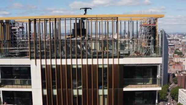 Orbit vystřelil nad mrakodrapem One The Elephant. Lešení a jeřáb horní plošiny, opravy budov nebo provádění údržby. Panoramatický výhled na město. Londýn, Velká Británie