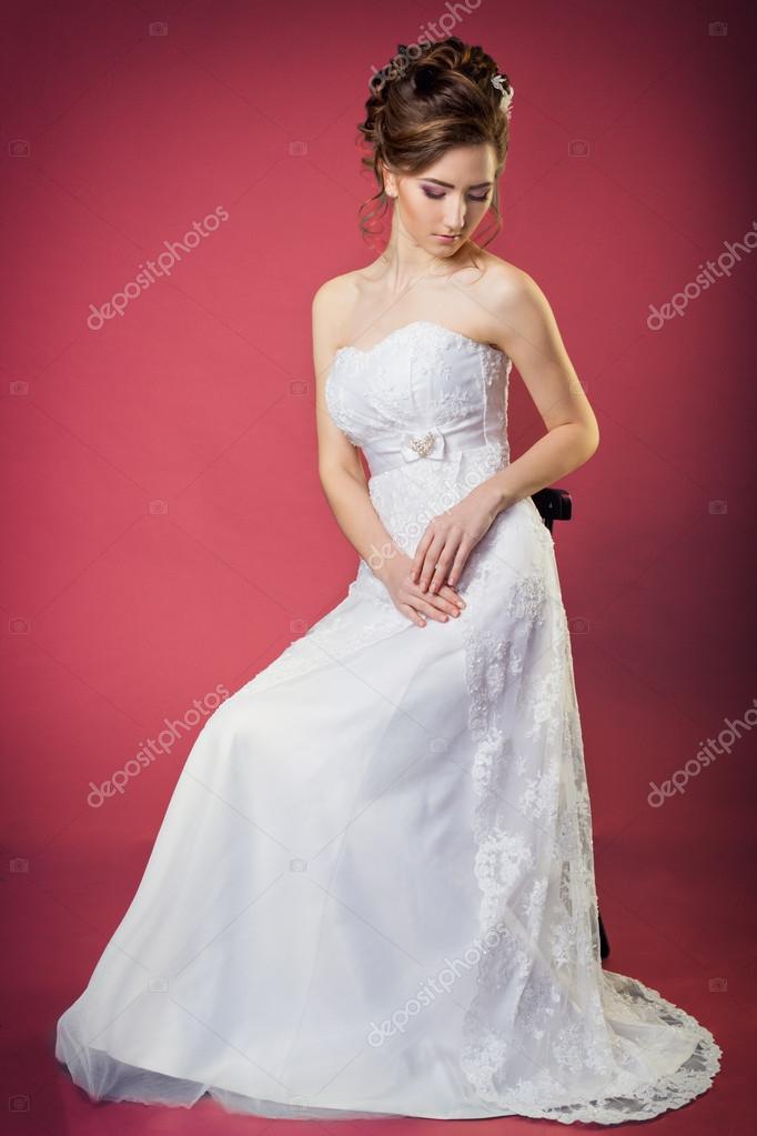 Novia de mujeres hermosa chica suave y elegante en un vestido blanco ...