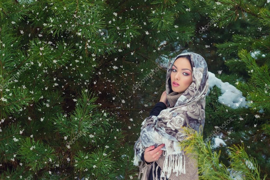 jolie jeune femme avec un foulard sur la t te dans la for t d 39 hiver pr s de sapins neige qui. Black Bedroom Furniture Sets. Home Design Ideas