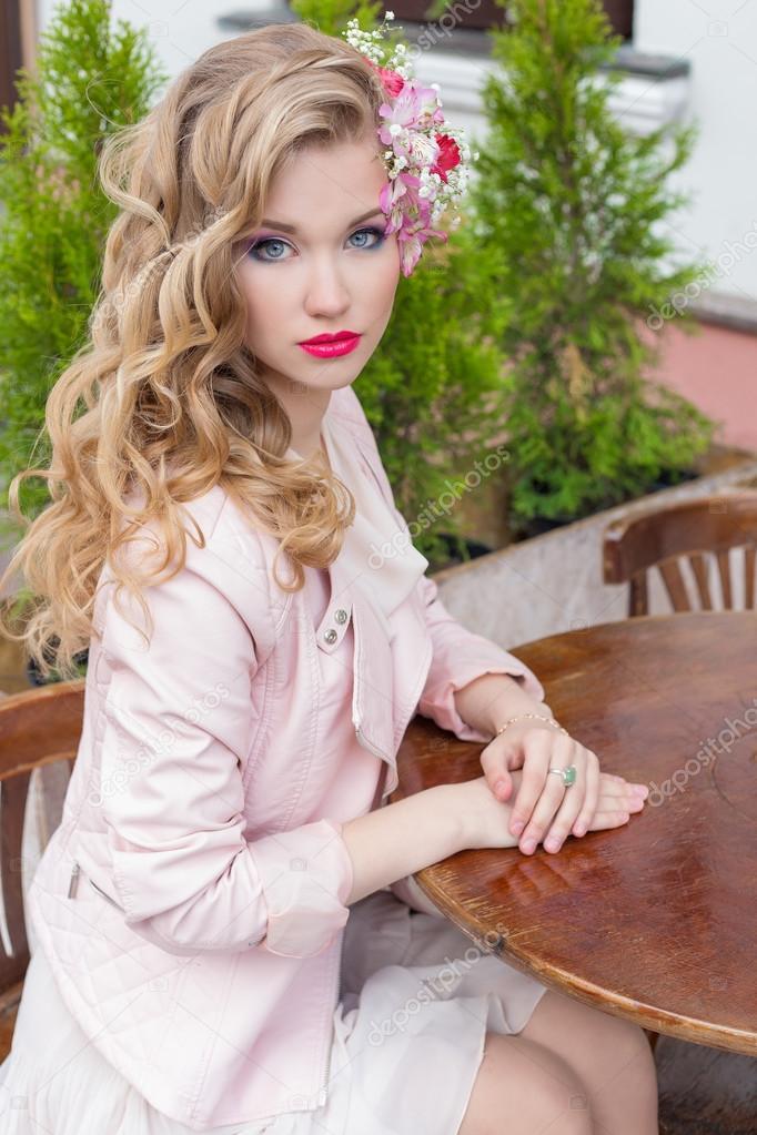 Schöne süße Mädchen mit Haaren und Make-up-Farbe hell