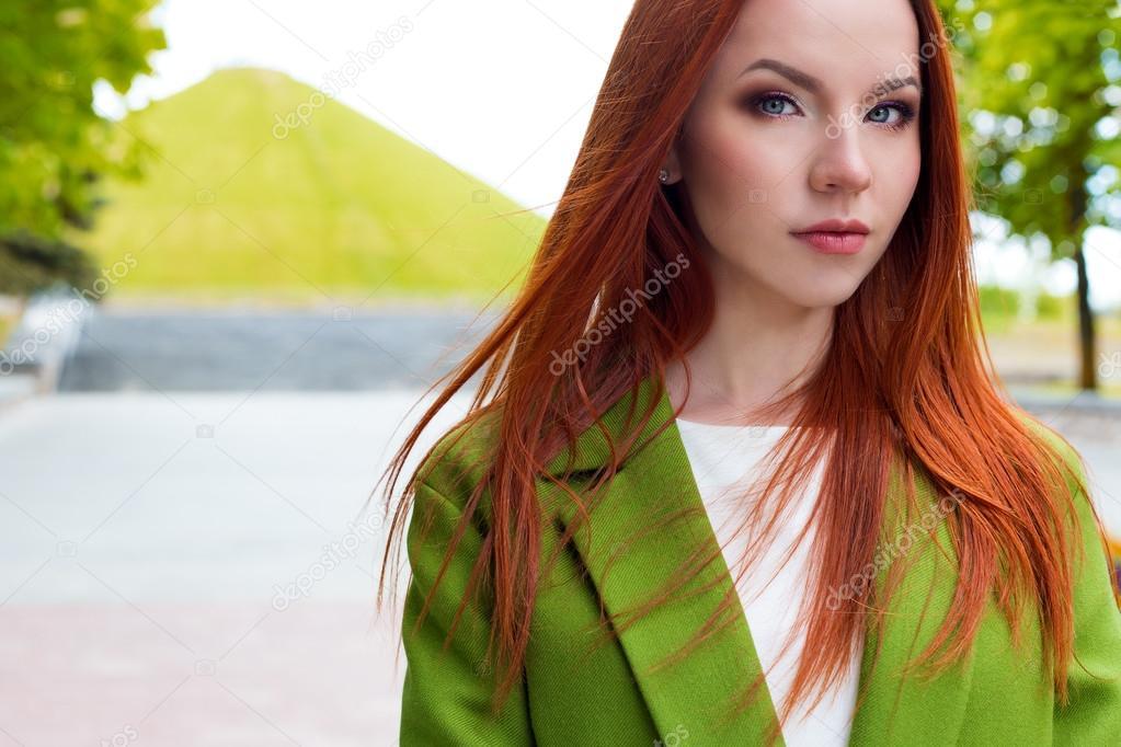Рыжеволосая сексуальная девушка с зелеными глазами