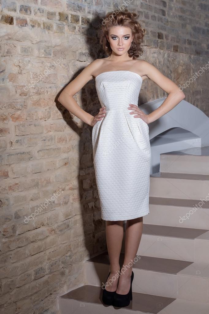 dafa8c61b9 elegante chica sexy hermosa con hermoso peinado y maquillaje de noche  brillante en el vestido de ...