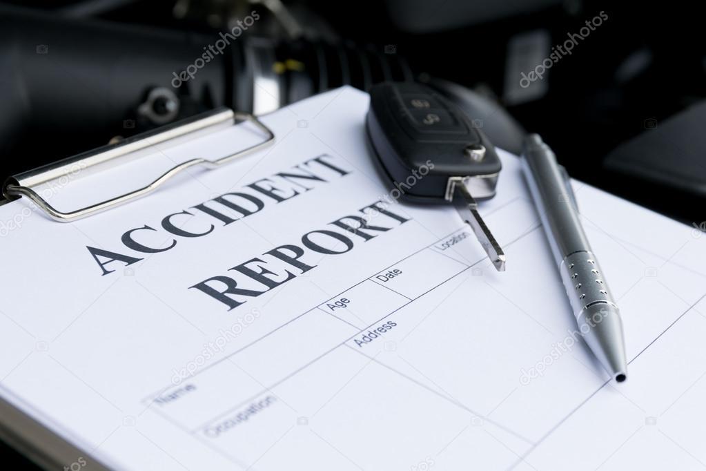 Mechaniker Schaden Auto überprüfen und Ausfüllen von Unfall Bericht ...