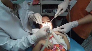 Девушка с расширителем во рту — photo 11
