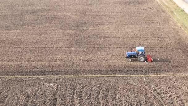 Kék traktor szántás a terepen légi kilátás Indiában