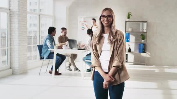 Lány álló kezek Scross Kreatív Office Smilling dolgozik Team. Irodai munkanap. A kreatív csapat dolgozik. Kézi indítvány lövés a RED