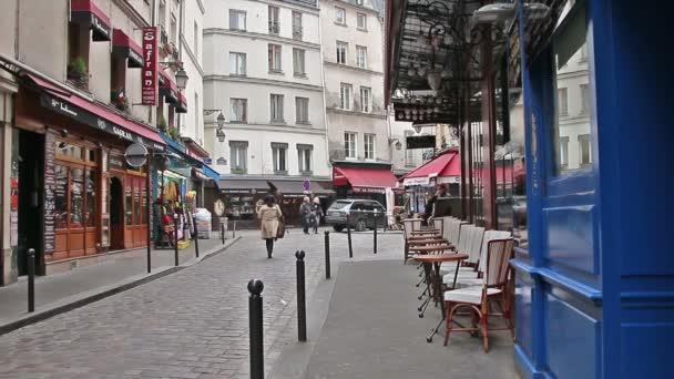 Paříž, Francie - 22 březen 2016: Úzkými uličkami a útulných kaváren Latinské čtvrti Paříže. Francie