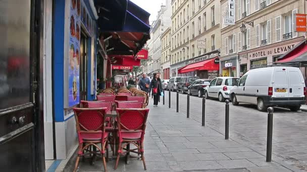 Paříž, Francie - 22 březen 2016: Ulice a útulné kavárny z Paříže. Francie