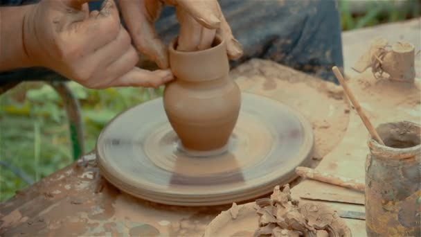 Hände Formen einen Tontopf auf der Töpferscheibe