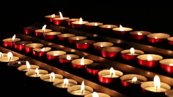 Hořící svíčky v kostele. N4