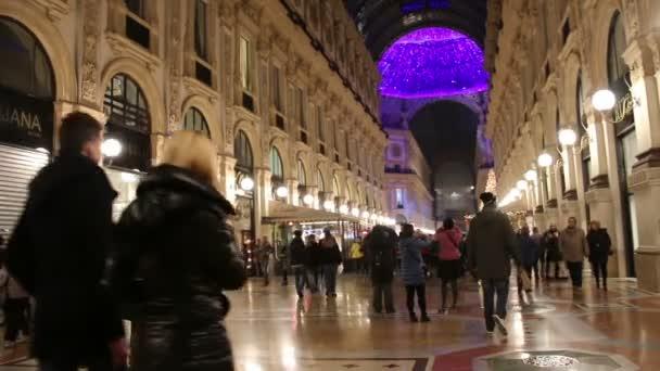 Milano, Italia - 4 gennaio 2015 lo Shopping nella Galleria Vittorio Emanuele