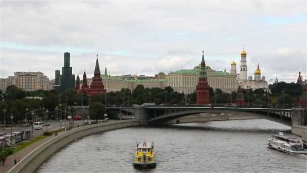 Moskva, Rusko. Kreml a řekou Moskvou