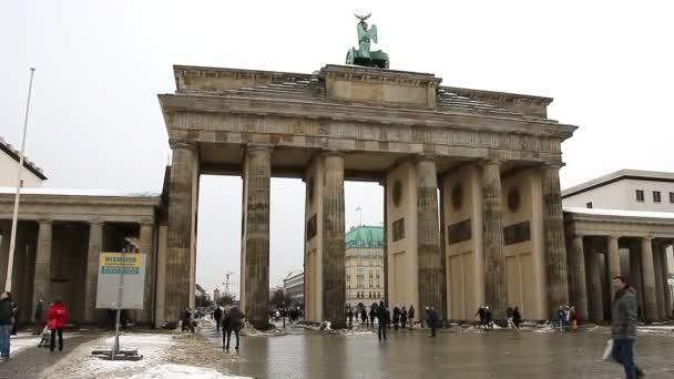 berlin - deutschland, 8. januar 2016: menschen vor dem brandenburger tor.