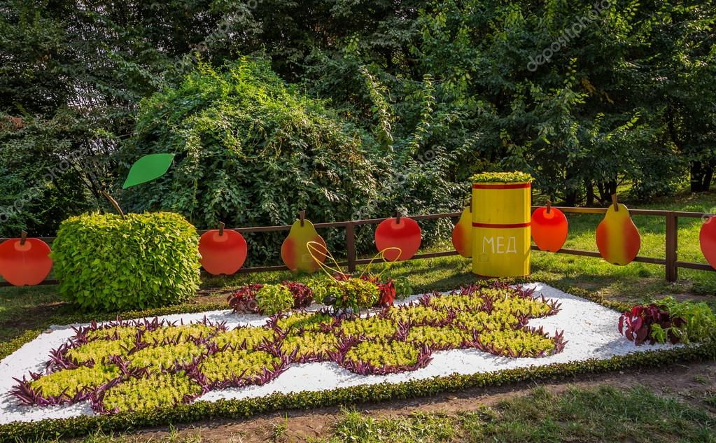Exhibition of floral arrangements on national themes of unity of Ukraine